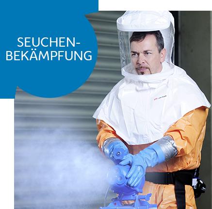 Ein Mitarbeiter der ebswien kläranlage & tierservice im Vollschutzanzug versprüht Desinfektionsmittel. © Christian Houdek
