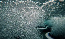 Unterwasseraufnahme von sprudelnden Tellerbelüftern in der ebswien kläranlage & tierservice. © ebswien